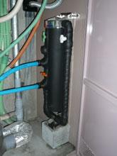 設置時には本体と配管部に保温材を巻きます。